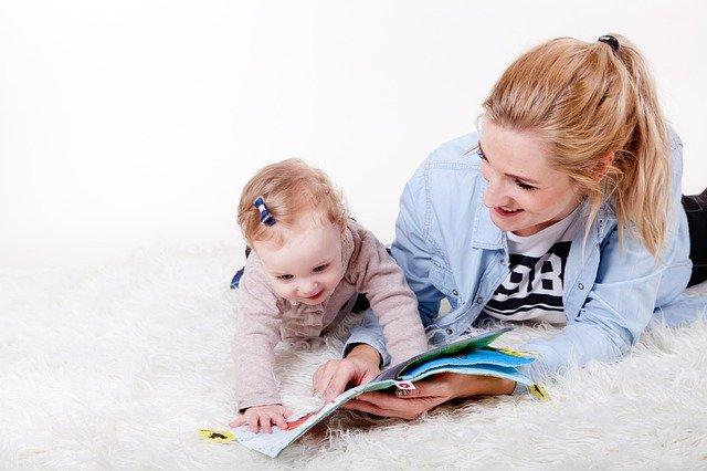 Maman qui aide son enfant à lire